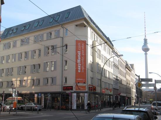 front of the hotel picture of easyhotel berlin hackescher markt berlin tripadvisor. Black Bedroom Furniture Sets. Home Design Ideas