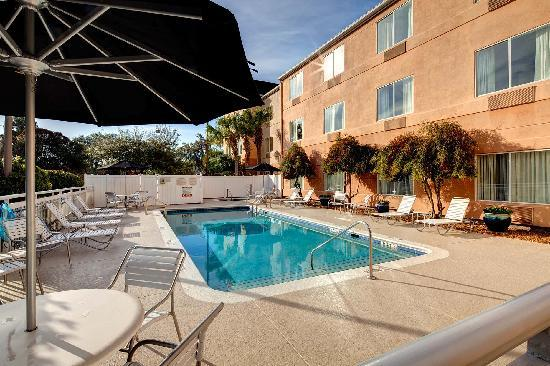 Fairfield Inn & Suites Ocala: Fun in the sun in the outdoor pool!