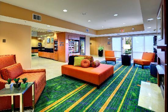Fairfield Inn & Suites Ocala: Meet your friends, colleagues or family in the beautiful lobby