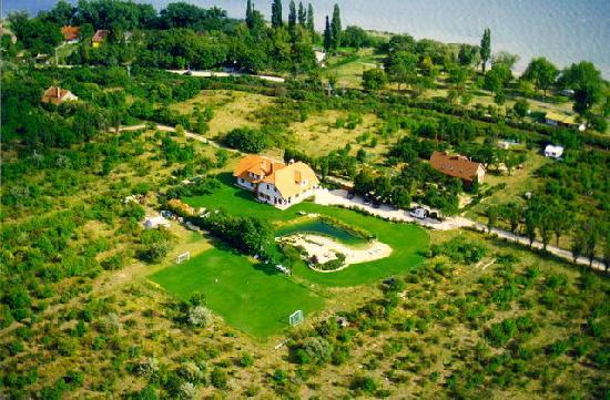 Hotel-Pension Residenz am Plattensee: Haus und Außenanlage am See, von Natur umgeben