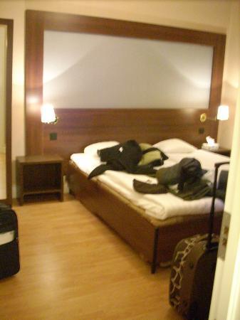 Queen's Hotel: bed