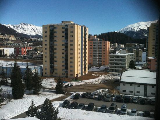 Club Med Saint Moritz Roi Soleil: vue de notre chambre sur les sommets et batiments