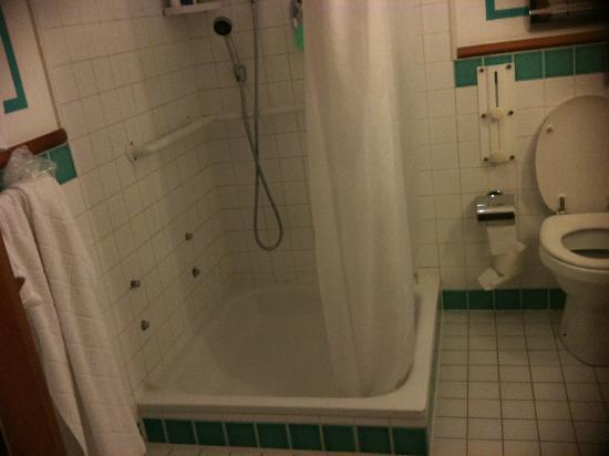 Club Med Saint Moritz Roi Soleil: la salle de bain avec rideau de douche