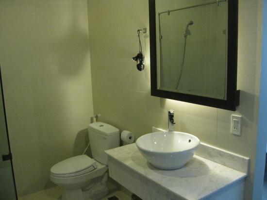 La Paloma Hotel : Autre partie de la salle de toilettes.