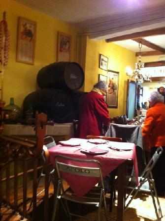 Bodega El Mercat: inside El Mercat between front and back