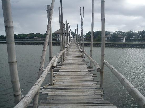 Balai sa San Juan: wooden bridge leading to the dining hall & beach