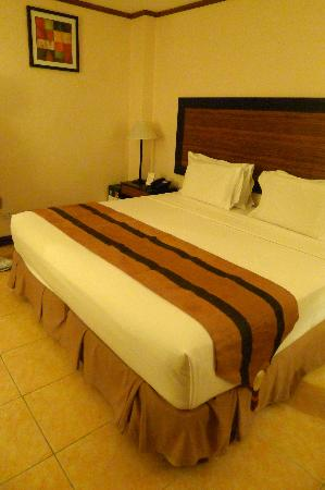 Hotel Tropika Davao: The over-sized king bed =)