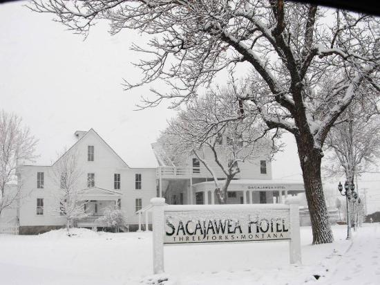 Sacajawea Hotel: Side after Snow fall!