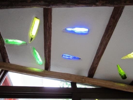 El Duende del Mar: il tetto che lascia passare la luce colorata!