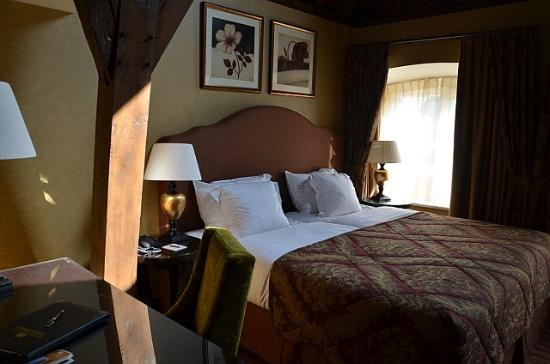 Grand Hotel Casselbergh Bruges: king sized bed and desk