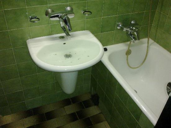 Green Apple Hostel : засор в раковине (вода чистая - не очень хорошо видно)))
