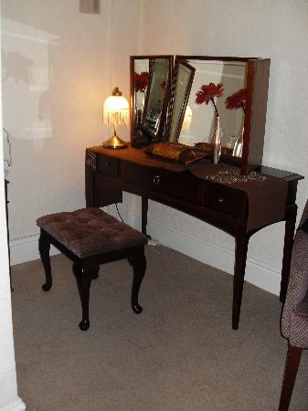 The Glen Alan Guest House: Dressing table