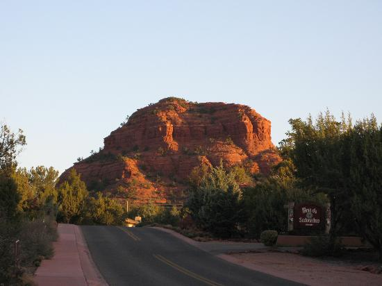Alma de Sedona Inn Bed & Breakfast: Just up the road from the Inn entrance