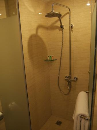 Rising Dragon Villa Hotel: Superior room shower