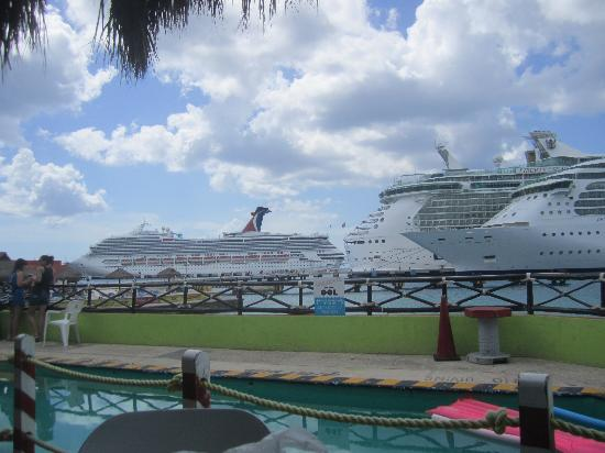 Senor Frogs : View of pool and docked cruise ships