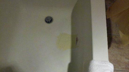 Days Inn Suites Fredericksburg: Cracked patch in tub