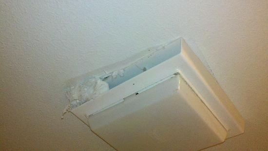 "Days Inn Suites Fredericksburg: ""Fix"" for the broken bathroom fan"