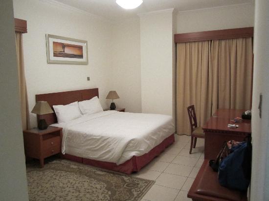 Rose Garden Hotel Apartments - Bur Dubai: master bed