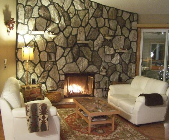 Appletown Bed and Breakfast: Relax by a roaring fire in the Thomson Great Room