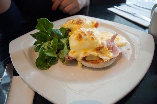 Browns Brasserie & Bar: Eggs benedict