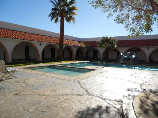Hotel Mision Catavina: Courtyard