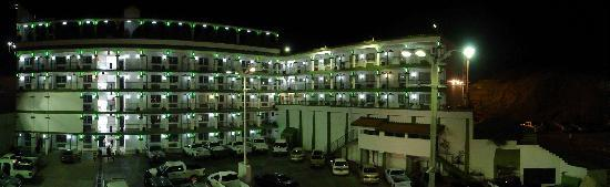 Hotel Marques de Cima: full view of hotel inside hotel by night