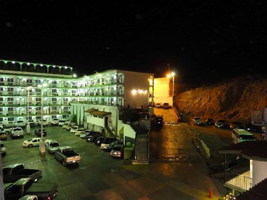 Hotel Marques de Cima: parkingh lots at night