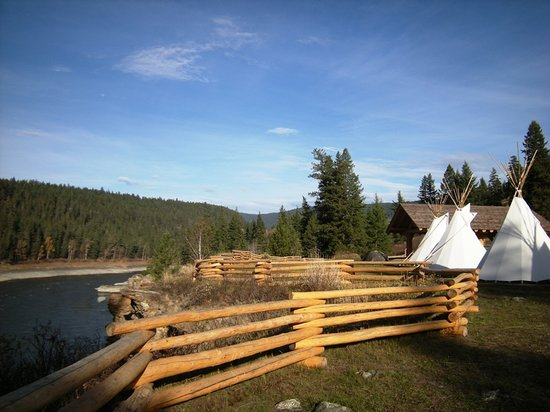 McLeese Lake, Canada: Xatsull Heritage Village next to the Fraser River