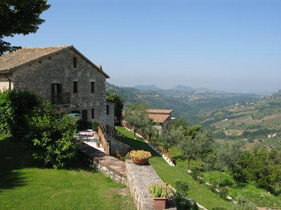 Casaprota, Italy: Casale e panorama