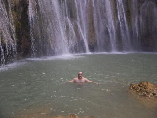 Tour Samana with Terry : In the cool pool below the falls