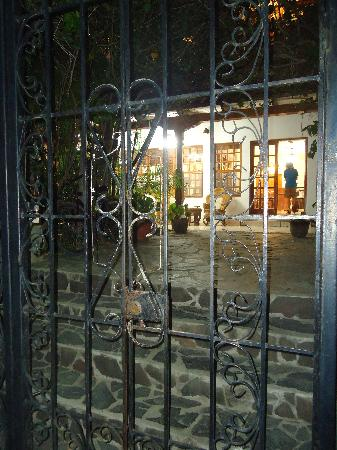 Hotel Villa Isabella: Looking through the gate onto the porch at night