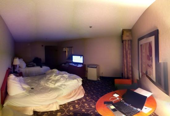 Hampton Inn Tiffin: the room is big. sorry for the yellow marks due to panoramic image