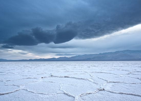 Death Valley National Park, Californië: A storm rolls over the Badwater Salt Flats