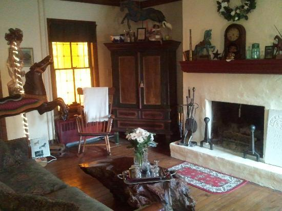The Widow McCrea House Victorian Bed and Breakfast: Sitting room with fire place