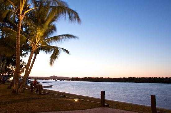 Pelican  Beach Resort : 5 minute walk to Noosa River, cafes, fishing and boating