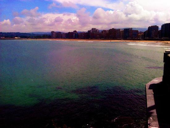 playa de san lorenzo desde la iglesia de san pedro