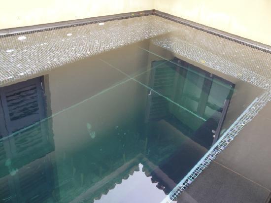 The Ardennes Hotel: piscine avec vitre sur le café en dessous