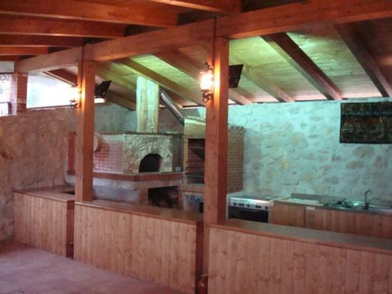 Cucina con forno a legna, alla grigia e fornello - Foto di Taverna ...