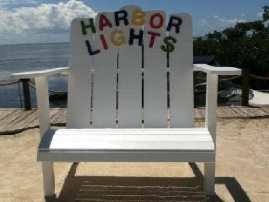 Harbor Lights Motel: Th big chair. Perfect picture spot!