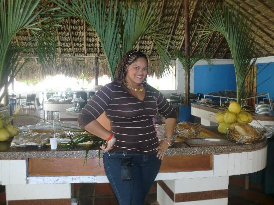 Hotel Puerta Del Sol Playa El Agua: fue justo en el restaurante tipo bufett