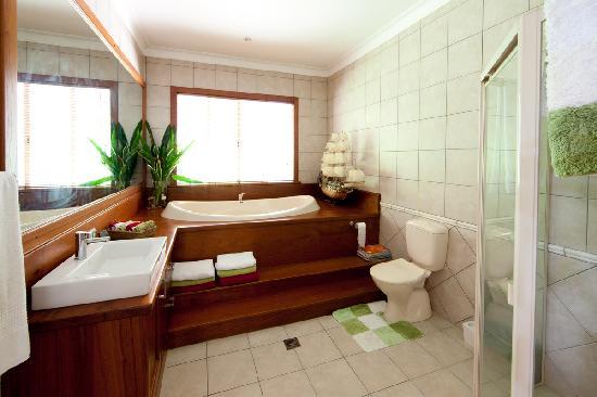 Birdsong B&B Port Douglas: Master Bathroom w shower