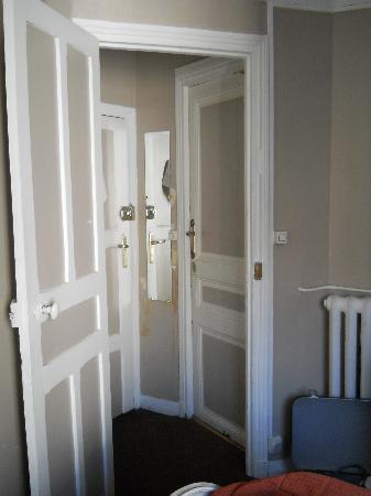 Hotel Le Petit Trianon : vue de la chambre vers le couloir et la salle de bain