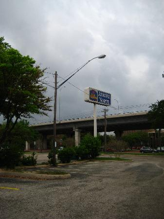 Clarion Inn Austin North: Sign by the freeway