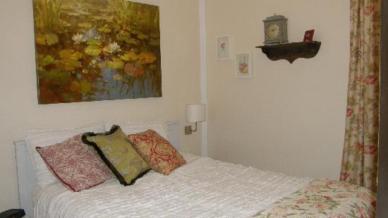 Fisher House Bed and Breakfast: Queen En-Suite Bath (seasonal availability)