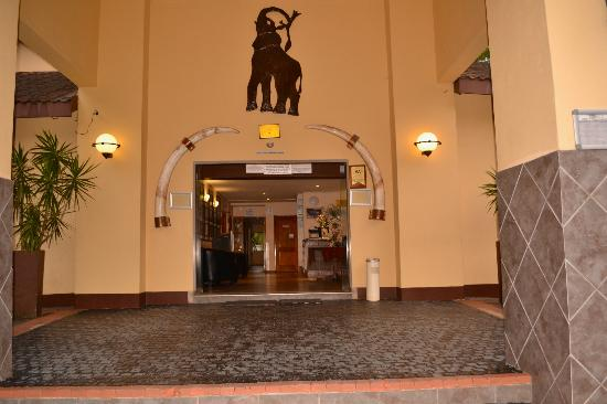 Elephant Lake Hotel: Front entrance under portico