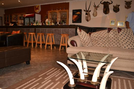 Elephant Lake Hotel: Bar