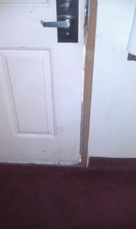 Travelers Inn: Decrepid filthy door