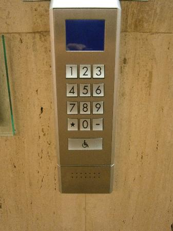 Westin Galleria Houston Hotel: The elevator control button... you choose your floor before you board.