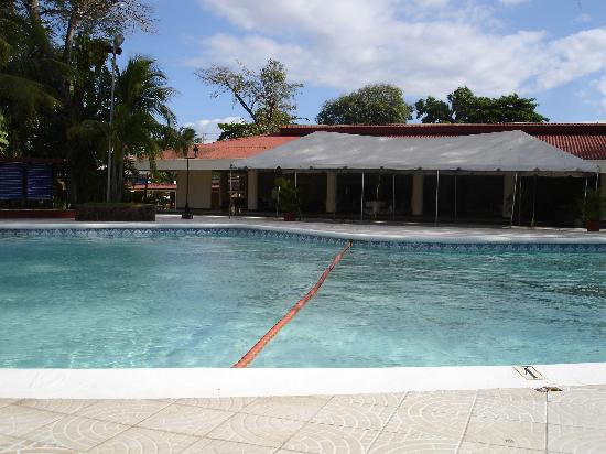 Best Western Las Mercedes: The larger of the two pools