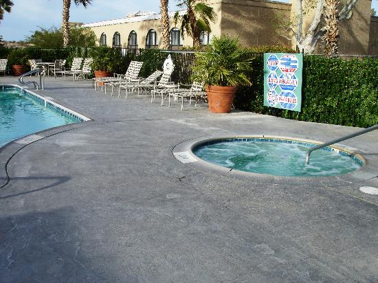 Best Western Gardens Hotel at Joshua Tree National Park: Nice clean pool and actually hot hot tub
